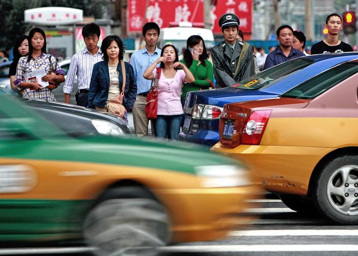 Фото №1 - В Китае продолжают бороться с недобросовестными пешеходами: теперь их поливают водой
