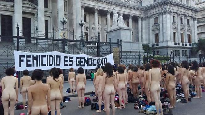 Фото №1 - Голые девушки заполонили улицы Аргентины