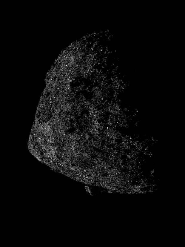 Фото №2 - Космический корабль NASA с рекордно близкого расстояния снял астероид Бенну (огромное фото)
