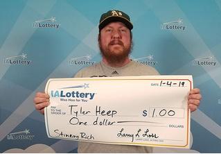 Парень выиграл в лотерею всего один доллар, но заставил компанию соблюсти все церемонии и воздать ему почести