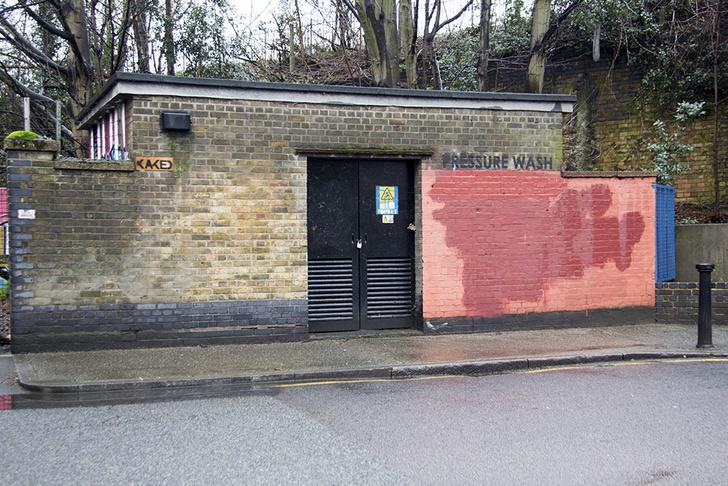 Фото №18 - Красное на черном: Как уличный художник троллил коммунальщиков