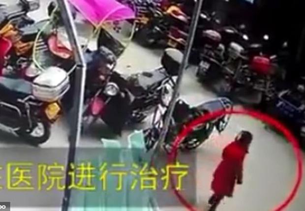 Фото №1 - Шестилетняя девочка из Китая упала с 26-го этажа, а потом встала и спокойно пошла дальше (видео)