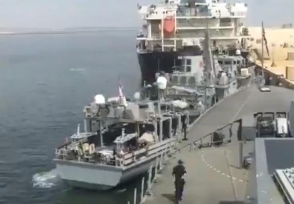 Фото №1 - Женщина ювелирно швартует военный корабль (видео)