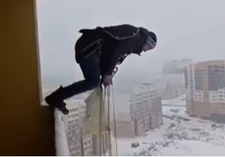Житель Ивановской области эффектно остался жив после прыжка с балкона многоэтажки (ВИДЕО)