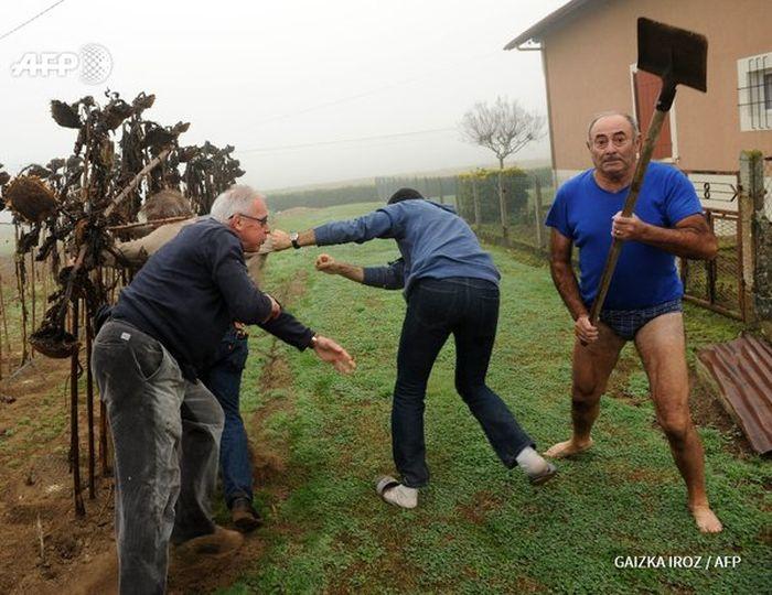 Фото №1 - Герой Интернета: мужик с лопатой и в трусах
