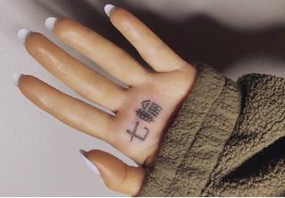 Ариана Гранде сделала татуировку с японскими иероглифами, однако зря она доверилась программе-переводчику: вышел бред