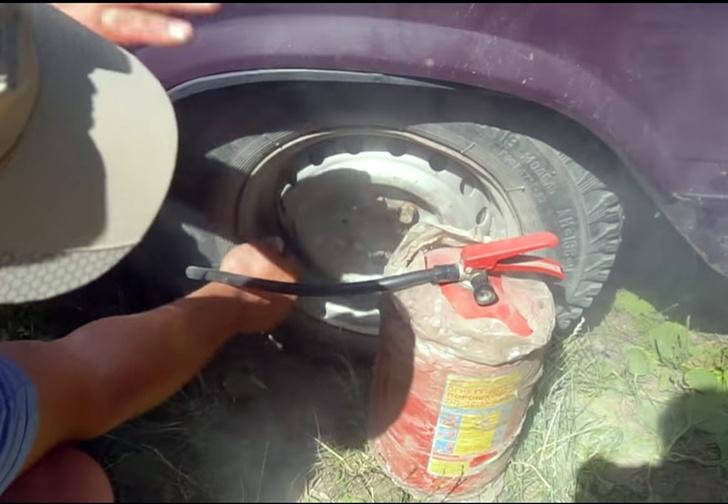 Фото №1 - Автоумельцы проверили три способа подкачать колесо: огнетушителем, выхлопной трубой и другим колесом (видео)