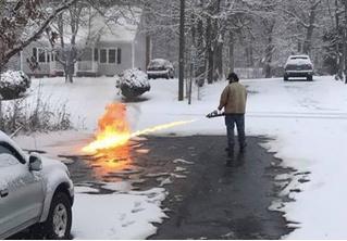 Мужчина чистит снег огнеметом. Зажигательное ВИДЕО!