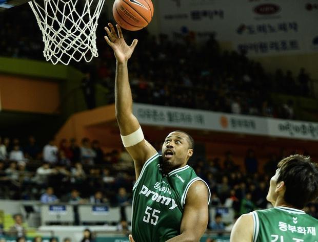 Фото №1 - Баскетболисту запретили играть, потому что он слишком высокий