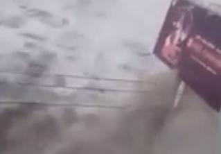 Пользователи социальных сетей засняли обрушение цунами на прибрежный город (видео)
