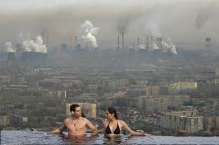 Новый смешной фотофлешмоб — открытые бассейны с видом на суровую российскую реальность (и не только)