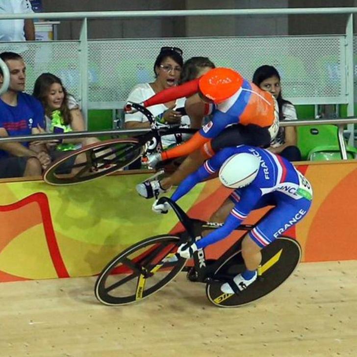 Голландка Лаурин ван Риссен едет по бортику во время соревнований на велотреке