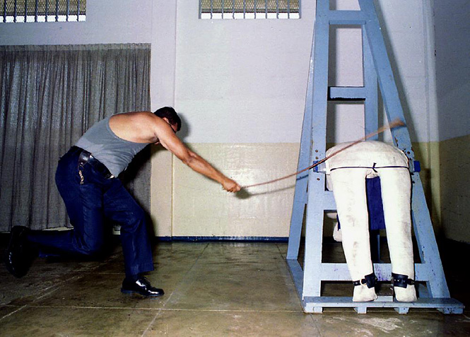 Тюремный офицер демонстрирует искусство наказания палкой