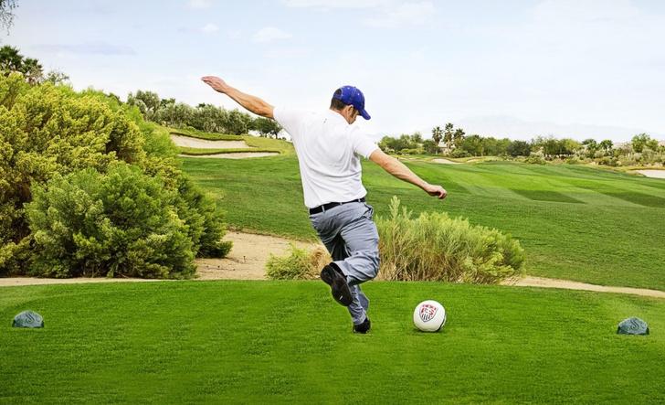 Фото №1 - Футгольф — это как гольф, но с футбольным мячом (ВИДЕО)