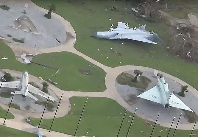 Фото №1 - Ураган «разбомбил» американскую военную авиабазу (видео)