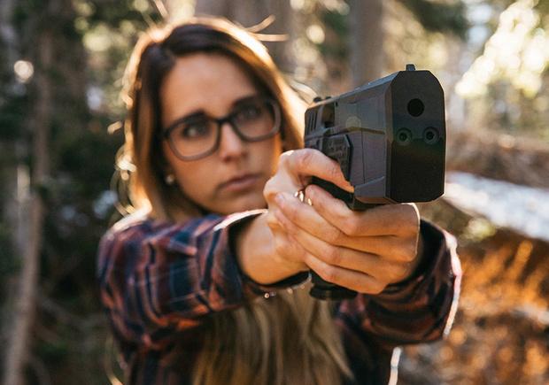 Фото №2 - Реклама пистолета со встроенным глушителем в стиле кровавого шутера! (Видео)