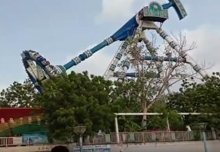 Фото №1 - В индийском развлекательном парке оторвался и упал аттракцион с людьми (видео в копилку фобий)