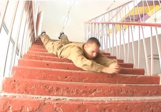 Впечатляющая тренировка боя во время спуска с лестницы на животе. ВИДЕО