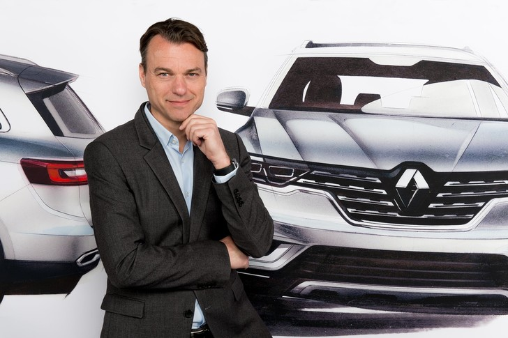 Фото №1 - Почему все следят за цветом кроссовок главного дизайнера Renault?