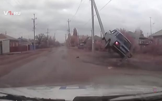 Фото №1 - Удрать по-русски: угонщика, за которым гналась полиция с оружием, остановил столб (поучительное видео)