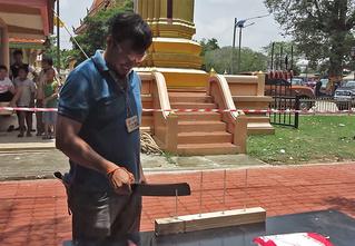 Смотри, что вытворяет участник тайского чемпионата по резке ножом!