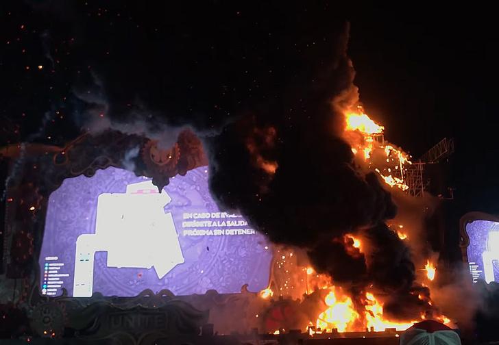 Фото №1 - Зажгли: во время музыкального фестиваля на сцене начался пожар (адское видео)