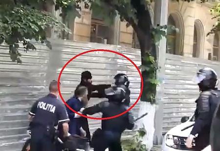 Священники подрались с полицейскими на гей-параде в Кишиневе (ВИДЕО)