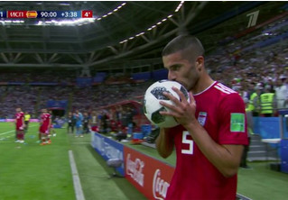 Вот это круто! Посмотри, как они выбрасывают футбольный мяч из-за линии!