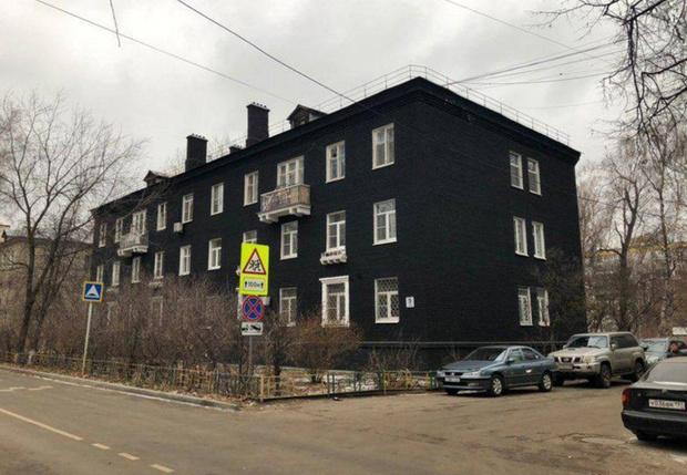 Фото №1 - В Подмосковье сталинку покрасили в стильный чёрный цвет. Затею тут же раскритиковали