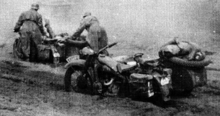Немецкие мотоциклисты из состава 4-й танковой дивизии буксуют под Мценском