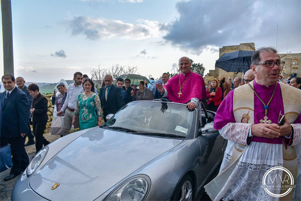 Фото №3 - Мальтийские дети волокут автомобиль с архиепископом (видео)