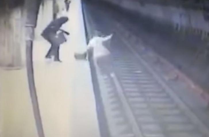 Фото №1 - Одержимая манией убийства пассажирка столкнула прямо под поезд метро незнакомую девушку (ВИДЕО 18+)