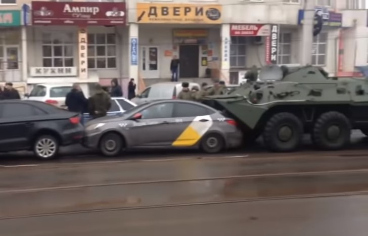 Фото №1 - Два БТР сжали четыре легковушки в центре Курска (видео)