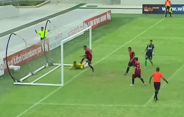 Фото №1 - Футболист виртуозно обыграл семерых и забил в пустые ворота (видео)
