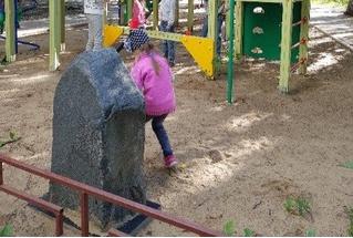 Челябинск, подвинься! В Самаре на детской площадке нашли могильный памятник криминальному авторитету