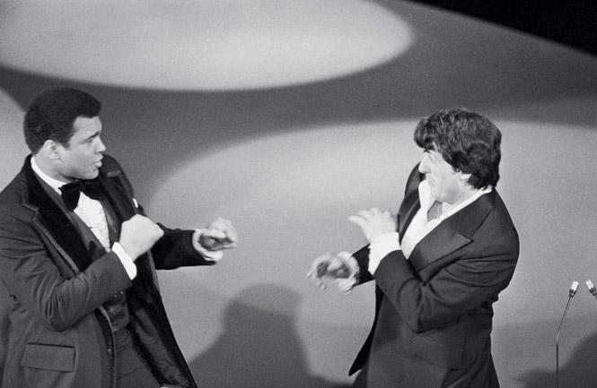 Мохаммед Али внезапно выходит из-за кулис  на оскаровской церемонии, «пугая» Сталлоне. 1977 год