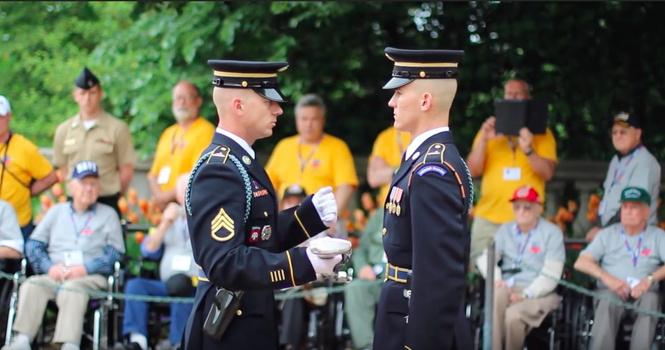 Командир осматривает ружье гвардейца (ВИДЕО)