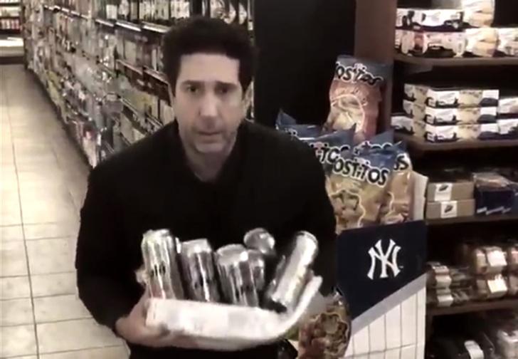 Фото №1 - Росс из «Друзей» ответил на обвинение в краже ящика пива: стырил еще один