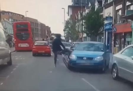 Водитель рванул с места, не заметив велосипедиста, и сто раз пожалел об этом! (ВИДЕО с участием кинжала)