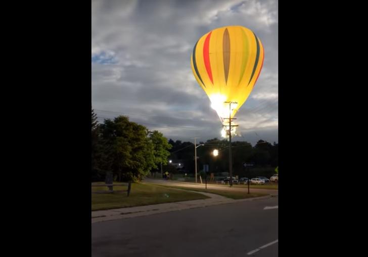 Фото №1 - Воздушный шар врезается в ЛЭП и экстренно приземляется в озеро! Впечатляющее ВИДЕО