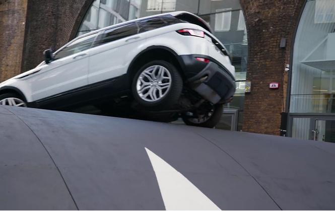 Несколько машин помяли о самый большой в мире «лежачий полицейский». Выяснилось, что его построили для вирусной рекламы