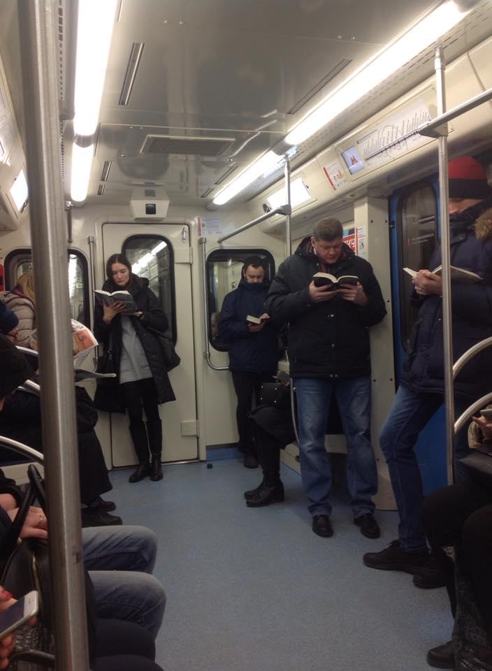 Фото №1 - Фото, на котором пассажиры московского метро читают бумажные книги, всполошило западный Интернет!