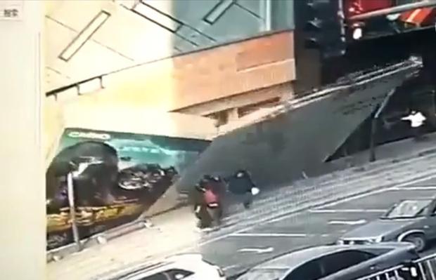 Фото №1 - Падение китайской стены: гигантская реклама внезапно рухнула прямо на прохожих (видео)