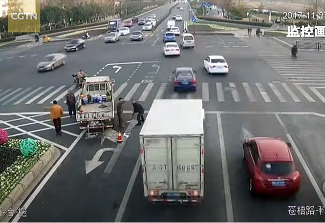 Пассажир исправил дорожную разметку, чтобы автобусы быстрее проезжали пробку