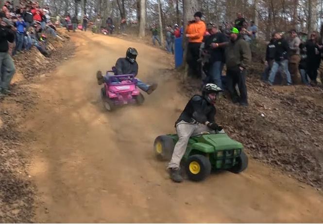Только для настоящих мужиков: гонки на машинках для «барби» (ВИДЕО!)