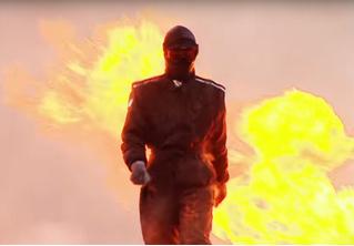 Бесстрашная девушка прошлась по минному полю во взрывоупорном костюме (ВИДЕО)