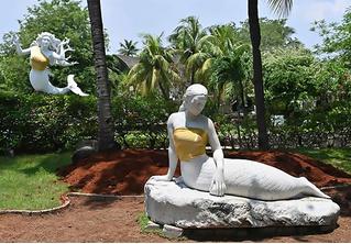 Новый виток борьбы за нравственность: парк аттракционов закрыл скульптурам русалок грудь