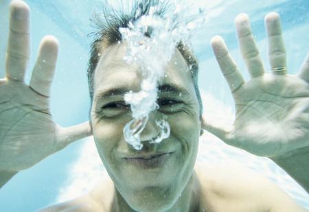 Опасно ли глотать морскую воду?