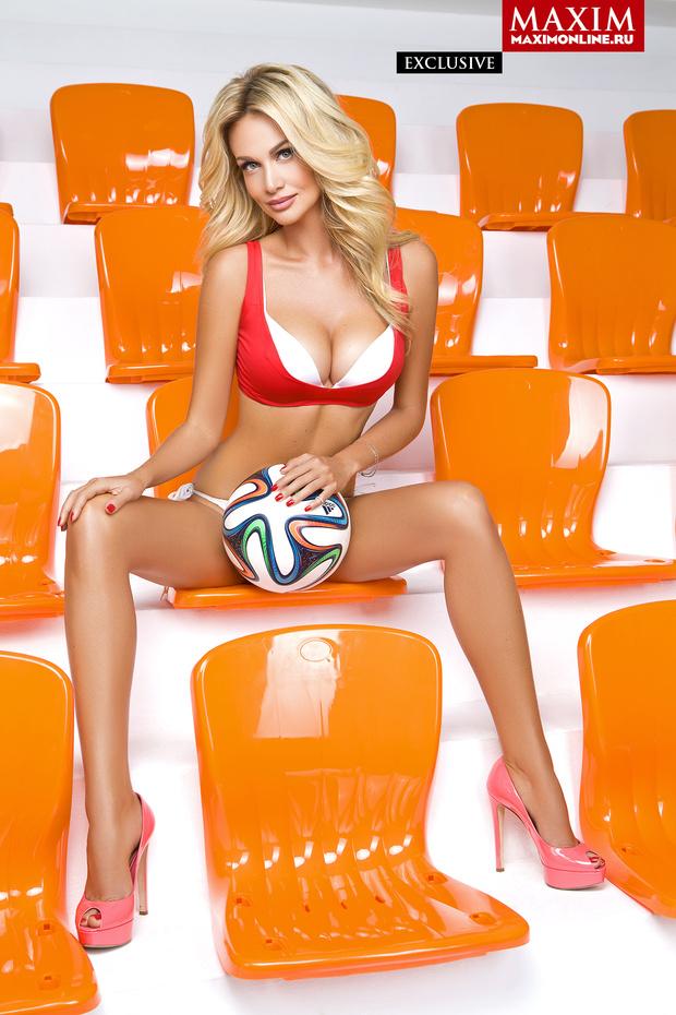 Фото №1 - Красавицы и кубок. Жены футболистов  сборной России позируют и желают победы!