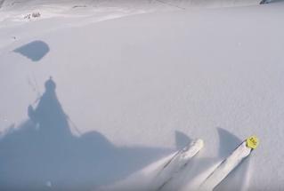 Как лыжник скрылся от лавины на парашюте (видео)